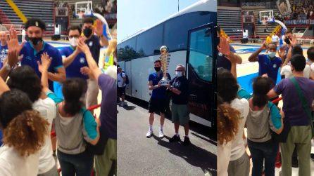 Napoli basket in trionfo: la festa al Palabarbuto con i tifosi