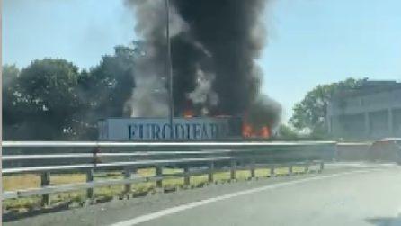 Camion in fiamme sull'Autostrada A8 vicino Milano: altissima colonna di fumo