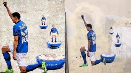 Il murale a Roma con i calciatori dell'Italia inginocchiati