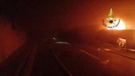 Autobus carico di ragazzini prende fuoco in galleria: salvati dall'autista