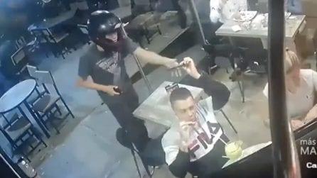 Rapina al ristorante: il cliente resta impassibile e continua a mangiare