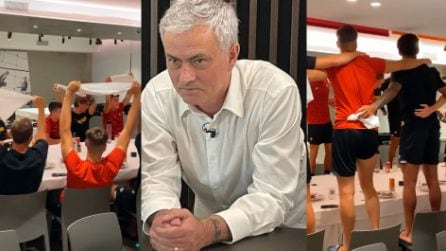 "I calciatori cantano ""Roma Roma Roma"" e Mourinho resta senza parole"