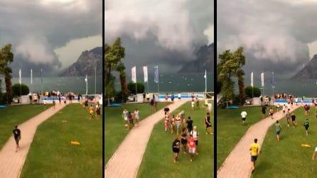 Riva del Garda, arriva minacciosa la grossa nuvola temporalesca: le persone scappano