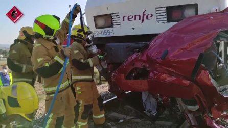 Treno travolge auto al passaggio a livello in Spagna: 4 morti