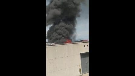 Verona: incendio e scoppi in capannone tessile, operai intossicati e alta colona di fumo