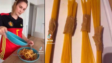 """Aveva provocato gli italiani con gli spaghetti: la presentatrice belga si scusa e """"rimedia"""" con lo scotch"""