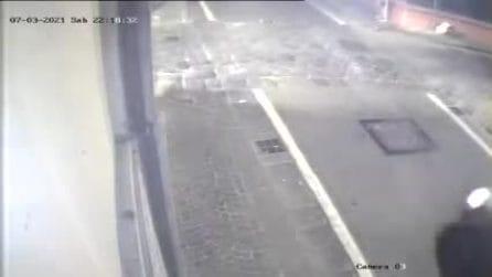 Incidente a Giugliano in Campania: pedone rischia di essere travolto da una delle due vetture