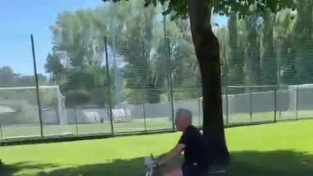 Mourinho in Vespa come nel murales: è già show a Trigoria