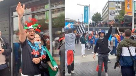 Tifosi italiani cantano l'inno di Mameli all'esterno di Wembley prima della partita