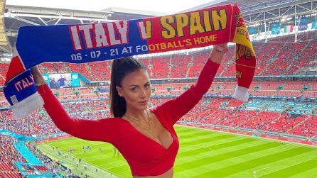 Italia-Spagna, a Wembley la modella con il cuore diviso e il tifo a metà