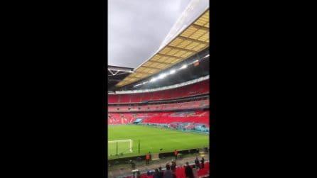 Bonucci festeggia con i tifosi della curva italiana a Wembley