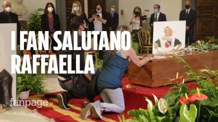 L'ultimo saluto a Raffaella Carrà: centinaia di persone in coda