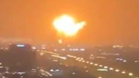 Enorme esplosione scuote Dubai mentre una palla di fuoco viene vista sparare nel cielo