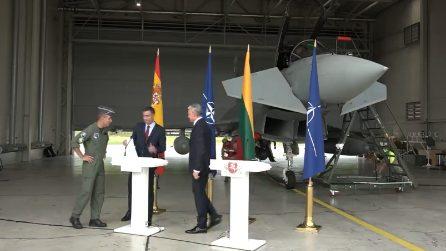 Jet russo viola lo spazio aereo, scatta l'allarme: soldati interrompono la conferenza stampa di Sanchez e Nauseda