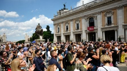 Funerali di Raffaella Carrà, la folla canta le sue canzoni mentre la bara lascia la chiesa
