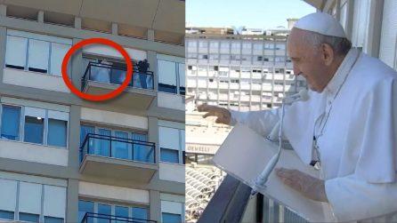 Papa Francesco recita l'Angelus dal balcone del Gemelli dove è ricoverato