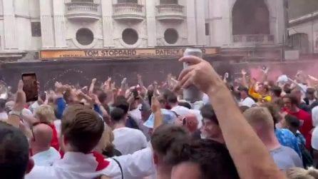 Migliaia di tifosi inglesi cantano a Convent Garden prima della finale di Euro 2020