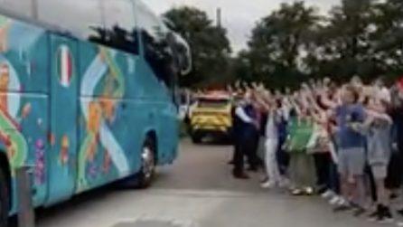 Il pullman degli Azzurri verso Wembley: centinaia di tifosi salutano la Nazionale prima della finale