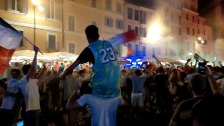 Roma, i festeggiamenti in strada dei tifosi dopo la vittoria a Euro 2020