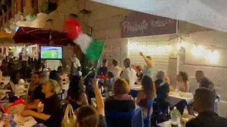 Napoli, l'esultanza al gol dell'Italia contro l'Inghilterra