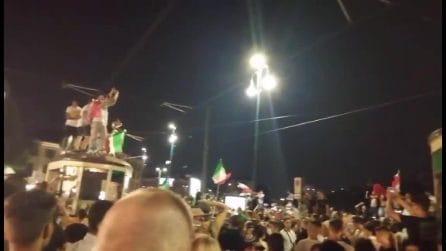 A Milano tanti tifosi festeggiano anche salendo sui tetti dei tram