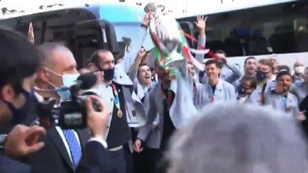 Grande festa a Roma, Draghi tra gli azzurri che alzano la coppa