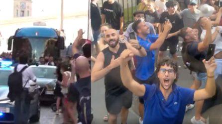 Il pullman della Nazionale sfila a Roma, Florenzi riprende i tifosi
