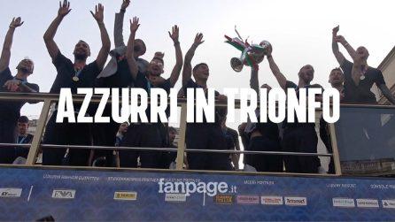 L'Italia in corteo per le vie di Roma. Bolgia di tifosi per salutare i campioni
