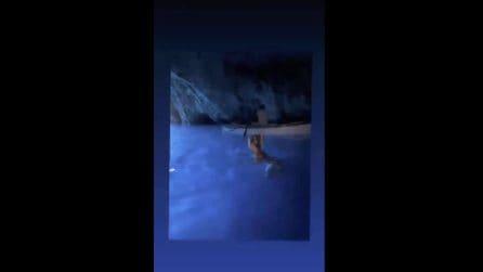 Il bagno vietato di Wanda Nara nella Grotta Azzurra di Capri: rischia multa fino a 3mila euro