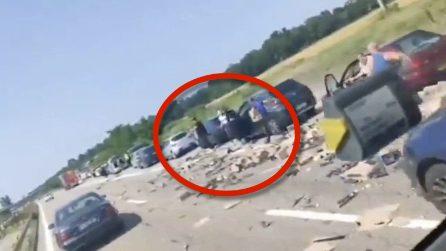 Grave incidente tra camion, automobilisti ne approfittano per rubare la merce trasportata