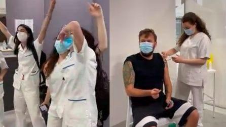 Cesare Cremonini riceve il vaccino e canta con le infermiere