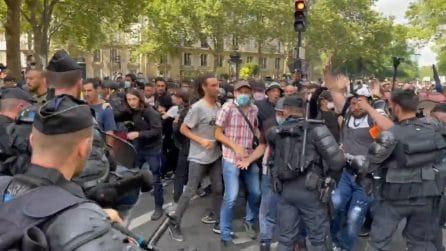 Parigi, manifestazione contro il Green Pass: violenti scontri con la polizia