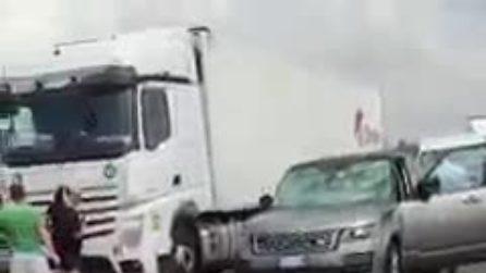 Maltempo nel Parmense, auto bloccate e danneggiate dalla grandine sull'A1