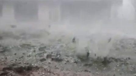 La forte intensità della grandine nel parmense: sembra un bombardamento