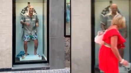 Clementino si mette in vetrina: la reazione dei passanti