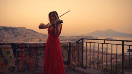 La violinista suona 'Viva la Vida', in sottofondo la bellezza di Napoli: pura magia