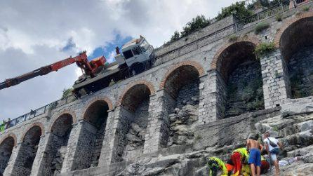 Costiera Amalfitana, a Minori, si ribalta camion con braccio gru: ferito operaio