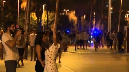 Torna il coprifuoco a Barcellona, la polizia evacua le spiagge
