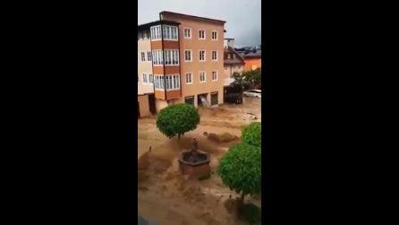 Maltempo Austria, inondazione nella città di Hallein: strade completamente allagate