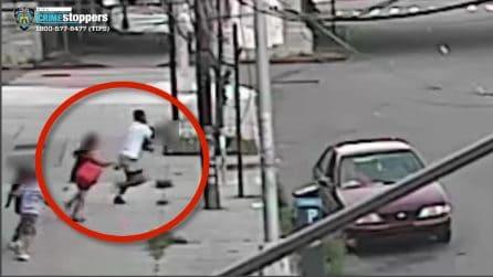 Mamma trascina il figlioletto di 5 anni dal finestrino: lo salva da un rapimento