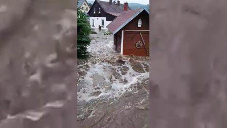 Maltempo, inondazioni in Repubblica Ceca: la forza spaventosa dell'acqua