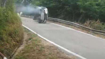 Lucca, spaventoso incidente durante il rally: l'auto vola giù nella scarpata