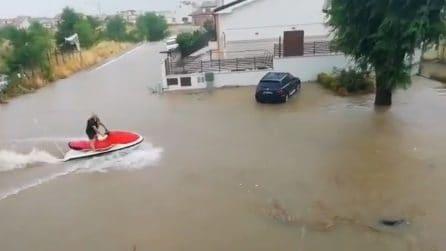 San Giovanni Rotondo è allagata: un uomo ne approfitta per sfoggiare la sua moto d'acqua