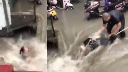 Inondazioni in Cina, il salvataggio di una donna che rischiava l'annegamento in strada