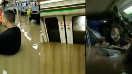Bloccati in metro dopo l'inondazione: l'acqua entra nel vagone e il livello sale lentamente