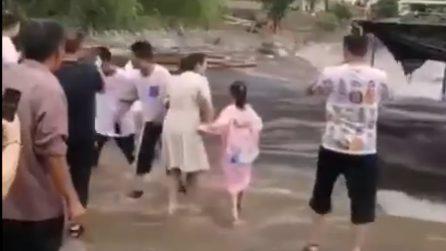 Alluvione in Cina, le persone filmano l'arrivo dell'inondazione invece di scappare via