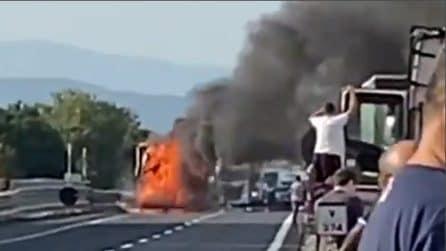 Incidente sulla A1 e mega incendio: muore una persona