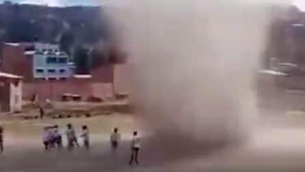 All'improvviso un tornado appare in campo: alcuni calciatori volano via