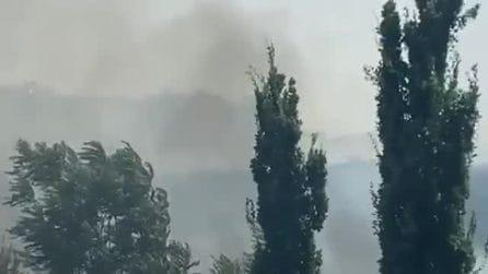 Fiamme e fumo a Ponte di Nona: bruciano sterpaglie e baracche