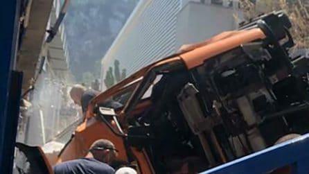 Capri, il mini-bus di linea precipitato su un lido balneare